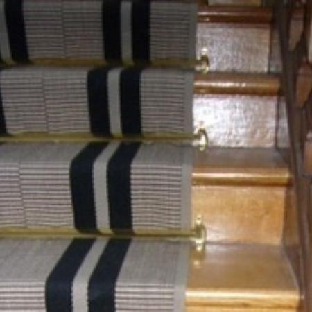 Revêtement d'un Tapis nouveau d'escalier dans un immeuble parisien